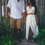 Молодожены у бамбукового забора на пляже Кабеса де Торо