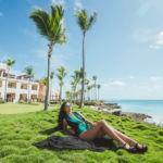 Фото девушки на территории отеля в Доминикане