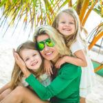 Мамины дочки. Семейное фото на частном пляже Кабеса.