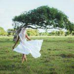 Фотосъемка в поле для невесты с дредами