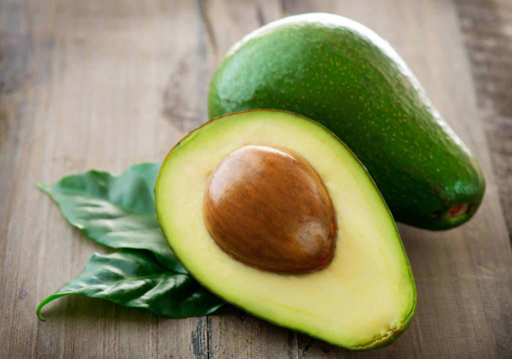 Авокадо в разрезе с косточкой