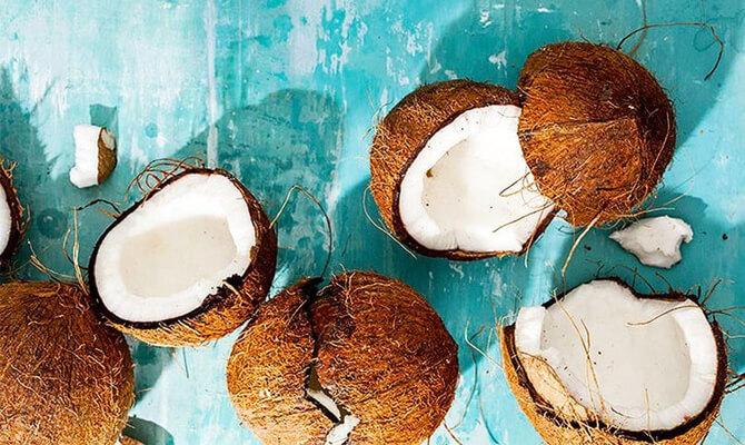 Открытый зрелый кокос