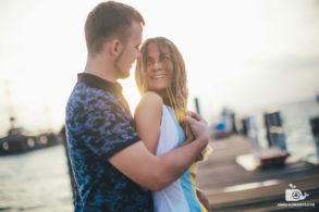 Нежные объятия молодых супругов