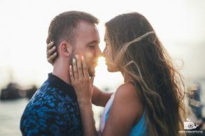 Парень и девушка смотрят в глаза друг другу и между ними солнечный диск