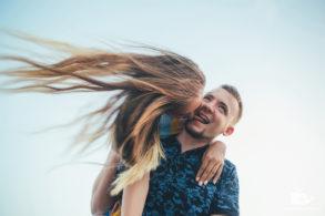 Влюбленная пара дурачится