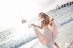 Невеста на фоне уходящего вдаль пиратского корабля