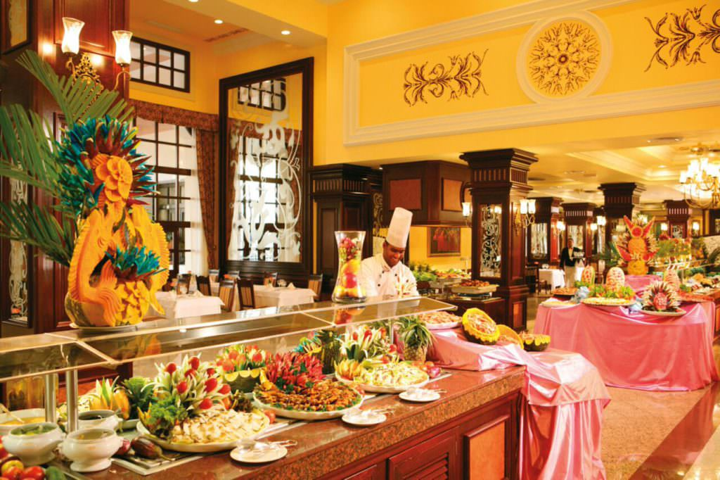 Шведский стол в отеле Рио Палас Делюкс