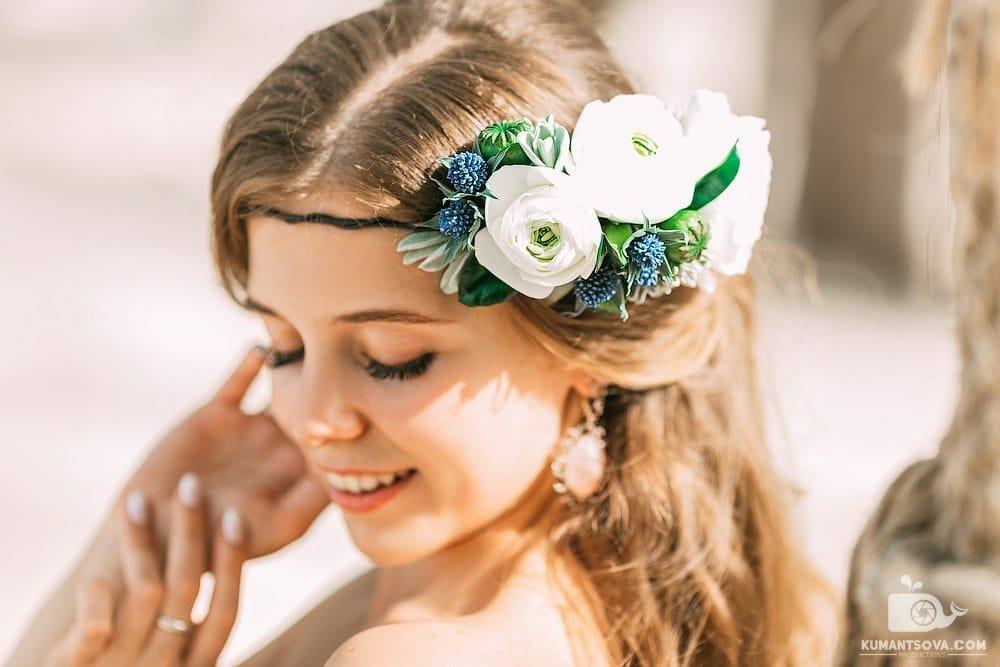 Венок из цветов в волосах девушки