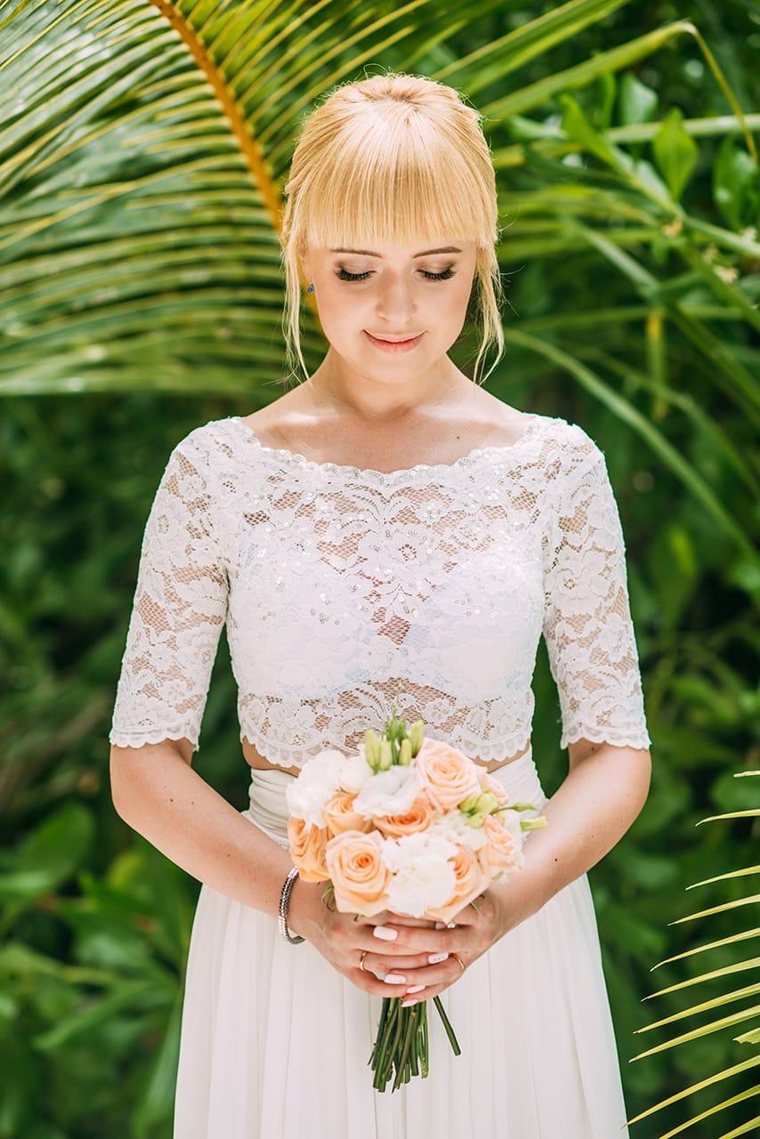 Невеста в белом платье с рыжим свадебным букетом