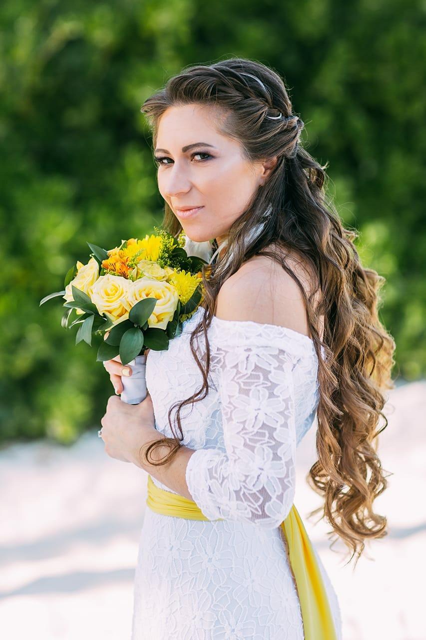 невеста в белом платье с жёлтым свадебным букетом