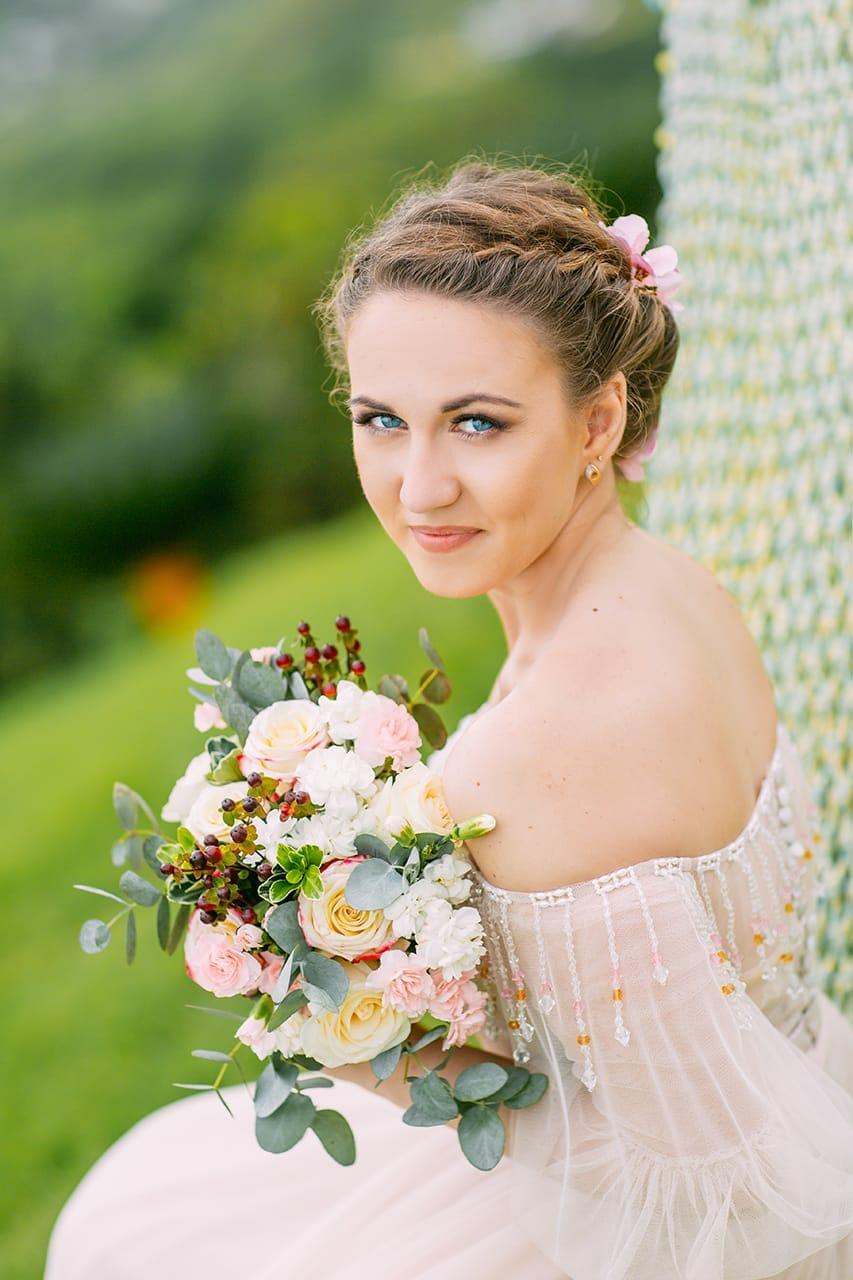 Невеста сидит с букетом