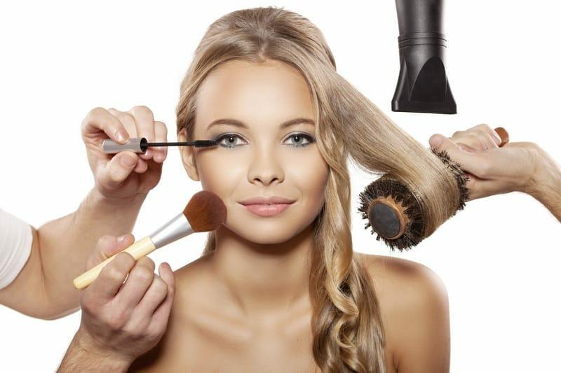 девушка укладка волос и макияж